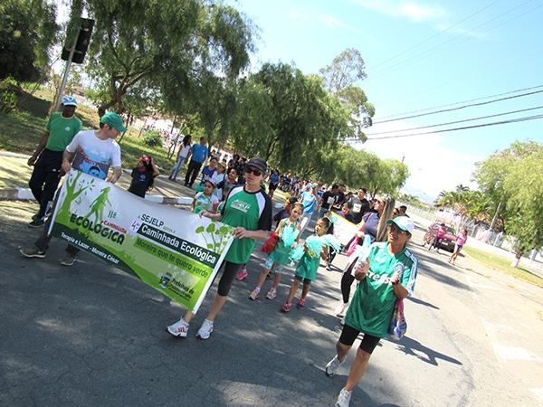 Escolas, entidades e moradores estiveram presentes participando da Caminhada Ecológica