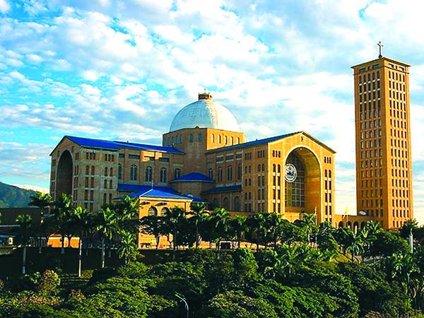 A pedra fundamental para a construção da Basílica Nacional foi lançada em 11 de setembro de 1946, durante o governo do general Gaspar Dutra (construída em terreno pertencente ao governo federal)