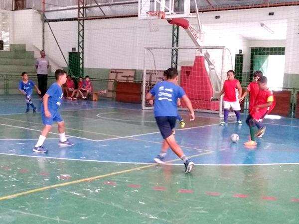 Alunos formaram times e iniciaram as disputas pelo futsal