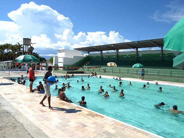Para participar das brincadeiras na piscina é necessário estar com traje de banho