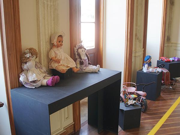 Estão em exposição diversos brinquedos antigos do  acervo do museu