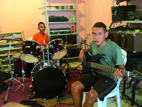 """Os amigos também aproveitam a oportunidade de diversão nas aulas de música que o """"Projeto Crescer"""" oferece"""