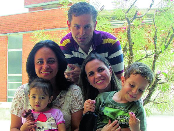 Karla entre os dois filhos, a neta e o esposo Rogério, com quem divide a alegria da família reunida