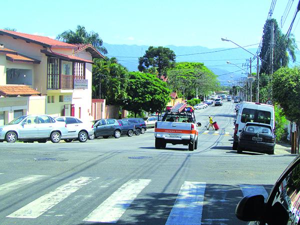 """Ao lado, o início da rua Coronel José Francisco, que já foi conhecida como """"rua do Carregador"""" ou """"rua do Número 2"""". Abaixo, o final da referida rua, no encontro com a """"Dino Bueno"""". Este trecho foi conhecido como Beco Comprido"""