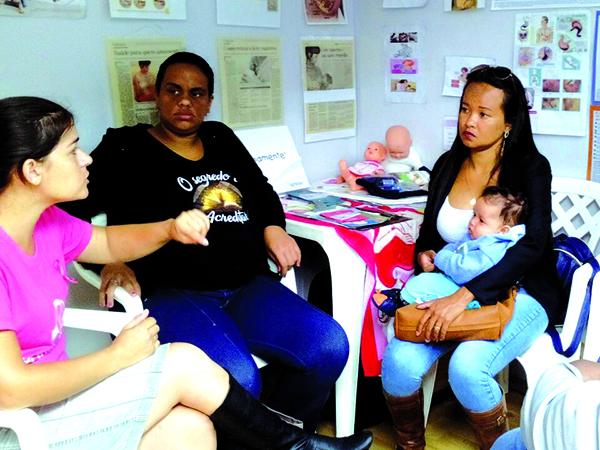 Enfermeira ensina mulheres a fazerem o autoexame das mamas. Cerca de 15 mulheres são atendidas por dia e encaminhadas para o exame preventivo