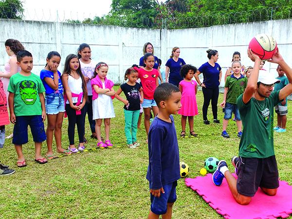 Pais, professores e amigos estiveram presentes com o intuito de compreenderem melhor a importância do brincar