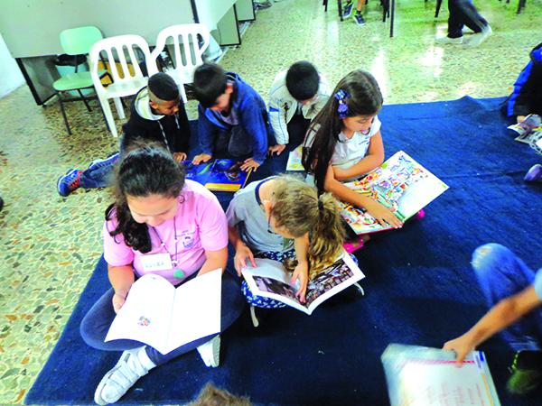No período da manhã, diversas crianças têm visitado a biblioteca para participar da sessão de cinema
