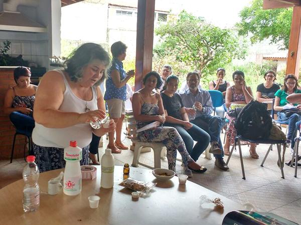 Os participantes aprenderam a fazer uma tintura com álcool de cereais e calêndula para utilização em problemas de pele