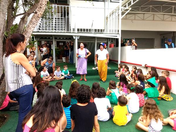 Professoras, alunos e pais de alunos se reuniram no colégio para passarem uma tarde de valorização à literatura infantil