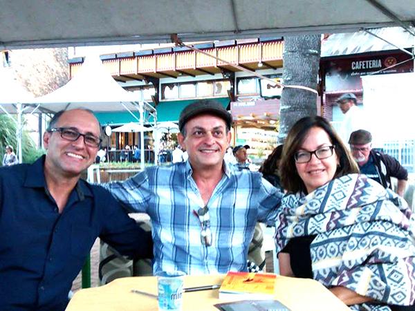 Na foto, o escritor Maurício ladeado pelos amigos, colegas de APL e também escritores Juraci  (a palestrante do evento) e Ricardo Estevão
