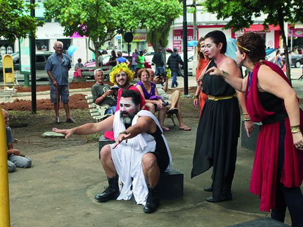 Público embarcou na história, rindo e participando
