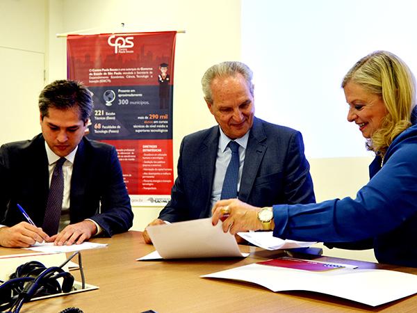 O diretor-presidente do Detran.SP, Maxwell Vieira, o secretário de Planejamento e Gestão, Marcos Monteiro, e a diretora-superintendente do CPS, Laura Laganá, assinam o convênio