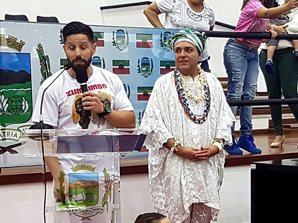 """Presidente do Conselho Municipal de Participação e Desenvolvimento da Comunidade Negra da cidade, """"Pai Rogério"""", durante solenidade"""