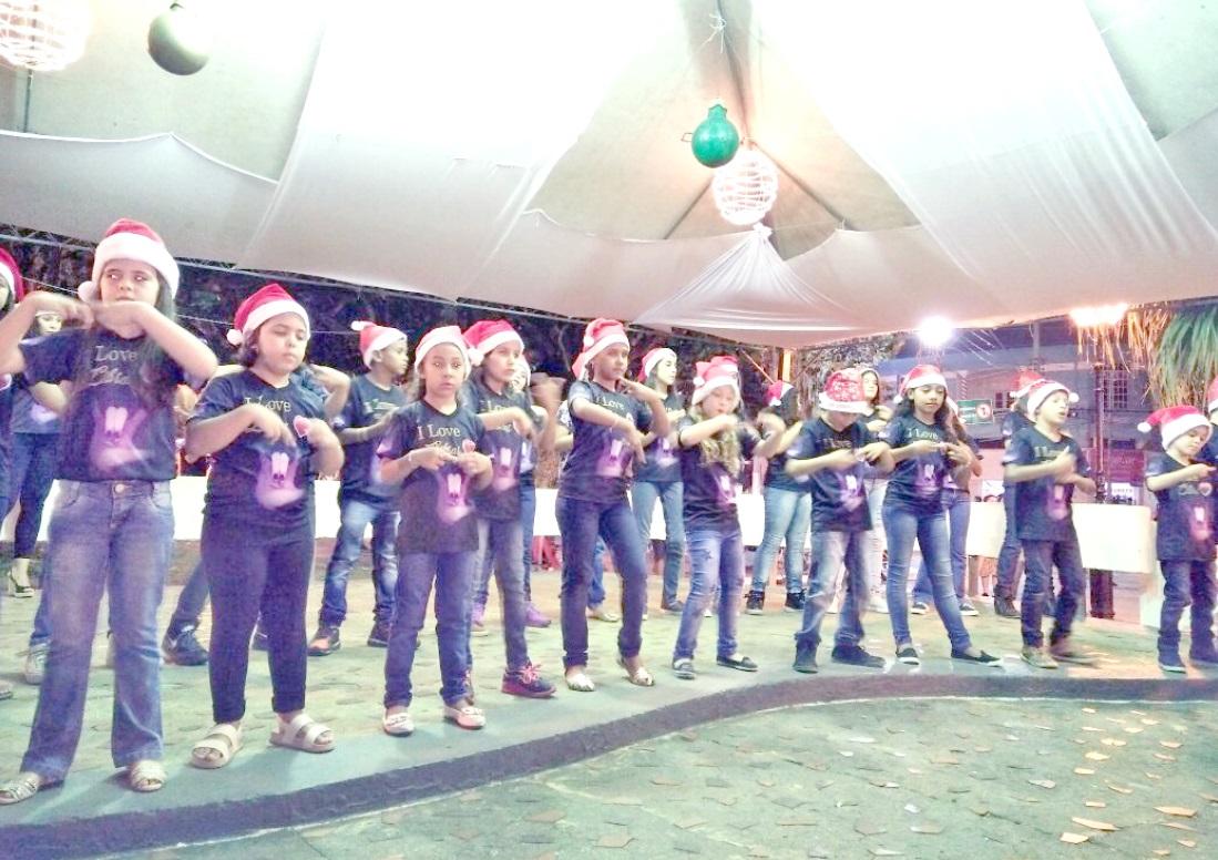 """Projeto """"Mãos que Encantam"""" durante apresentação no coreto da praça Monsenhor Marcondes"""