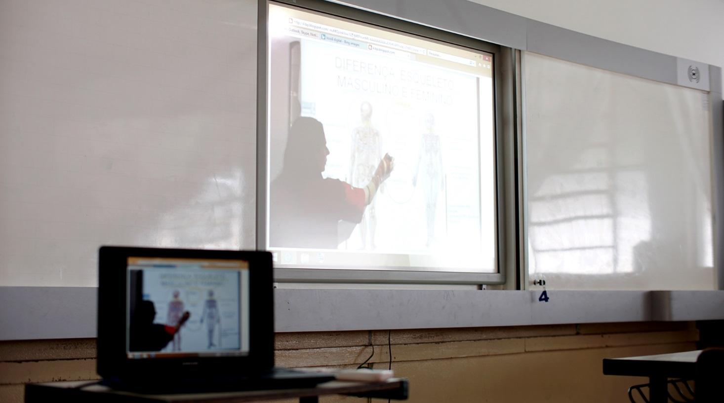 As lousas são panorâmicas e touch screem para melhor manuseio pelos professores durante as aulas