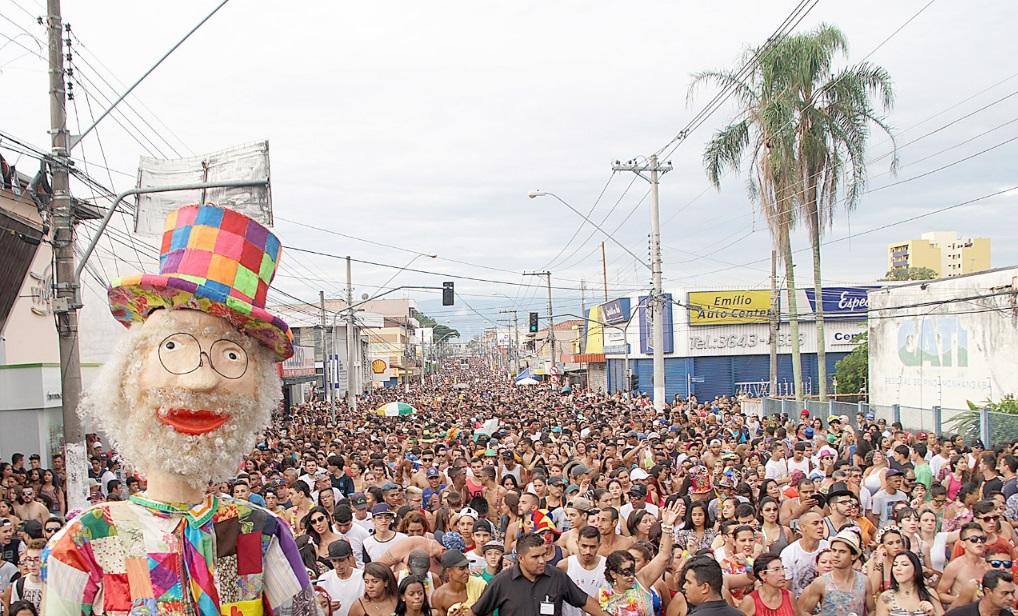 Bloco Juca Teles arrastou uma multidão pelas ruas de Pindamonhangaba