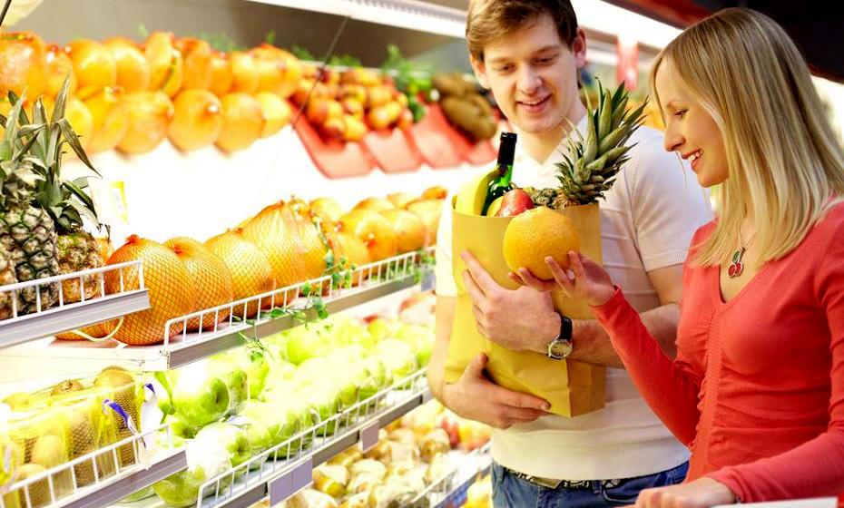 Comprar frutas da época também ajuda na economia