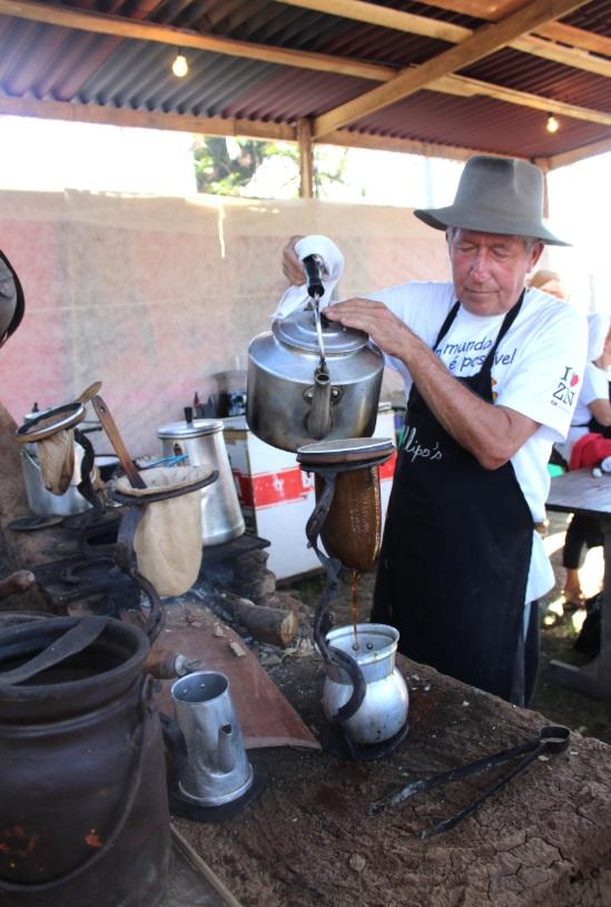 """O artista plástico Sérgio Callipo participa, tradicionalmente, do """"Revelando São Paulo"""", na área de gastronomia, levando o bolinho caipira, café de coador e outros quitutes"""