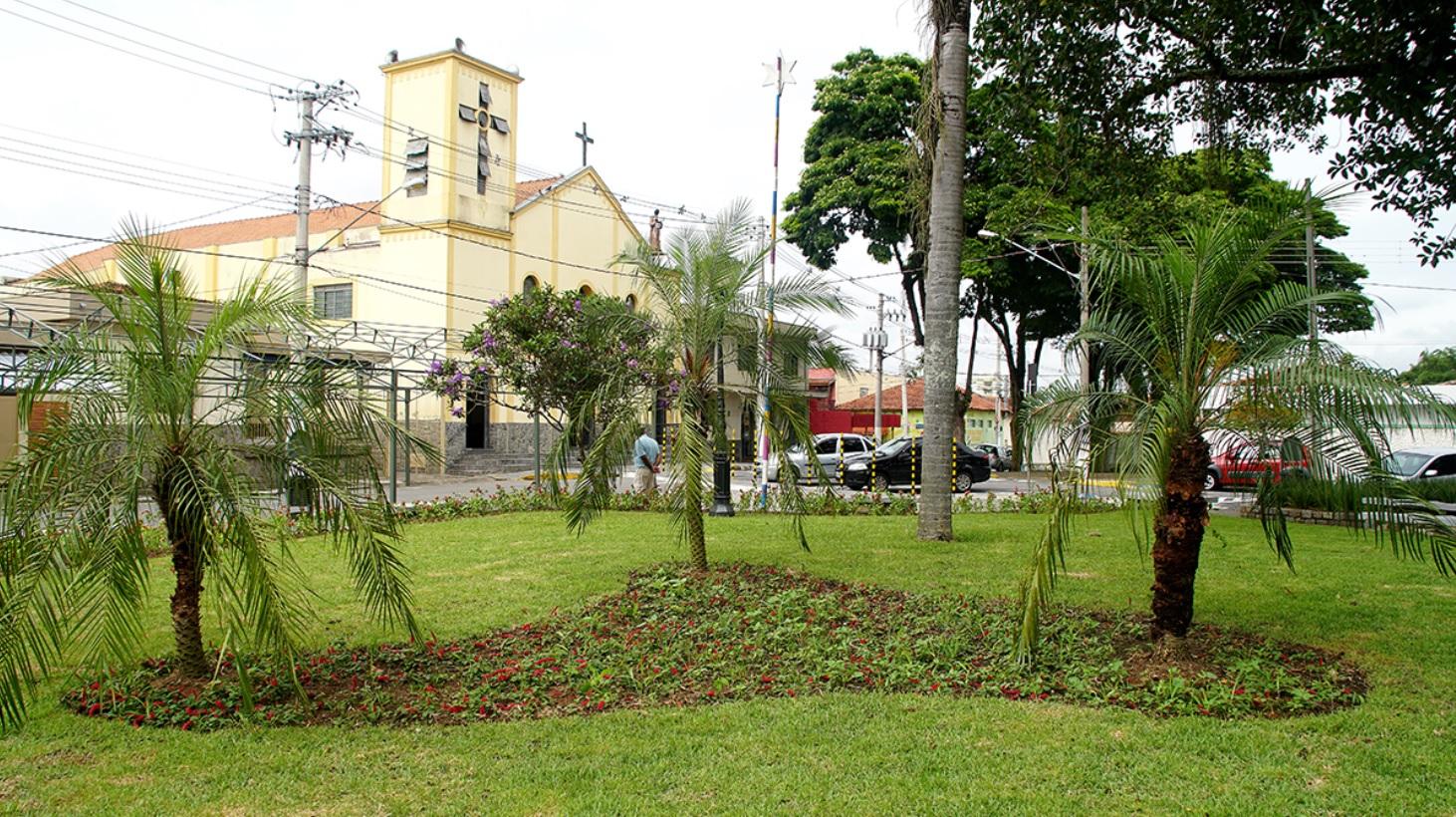 Praça recebeu poda de árvores, novo gramado, novo jardim e flores