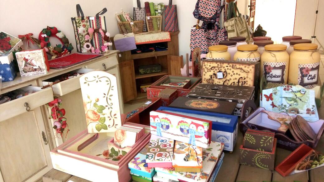 Blocos de anotações, bolsas, espelhos, potes e diversos acessórios estão expostos na loja