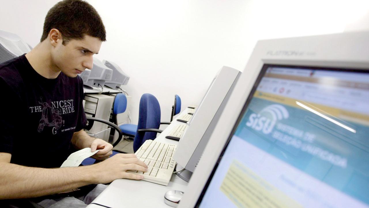 No site do MEC, candidatos podem consultar as vagas disponíveis, instituições e cursos participantes