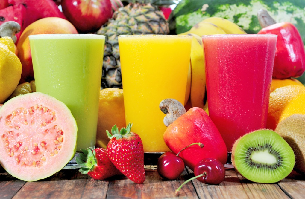 Frutas e muito líquido, como água e sucos naturais são fundamentais