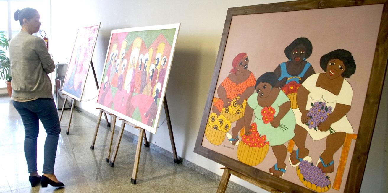 Saguão da prefeitura expõe telas da artista Mônica Kaneshiro