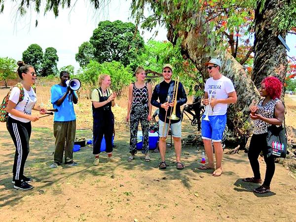 Os jovens selecionados de vários países ficarão juntos durante 12 dias para práticas coletivas de música, oficinas, shows, experiências de imersão cultural, trocas e vivências múltiplas