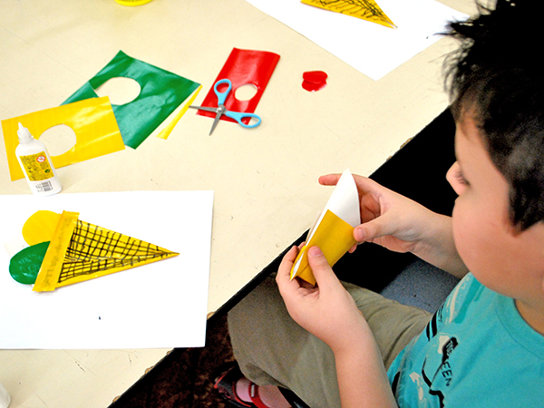 Confecção de marcadores de livro está entre as atividades