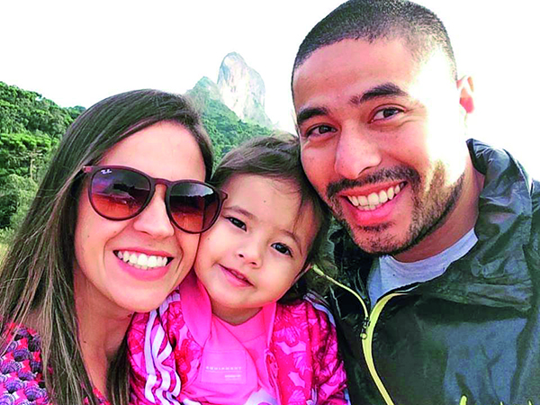 Novo ciclo  Tudo de bom para a bióloga Mariana Vilela, aniversariante da quarta-feira (14). Ela comemorou ao lado do esposo Daniel e da filha Sarah (foto). Toda sua família e amigos desejam felicidades.