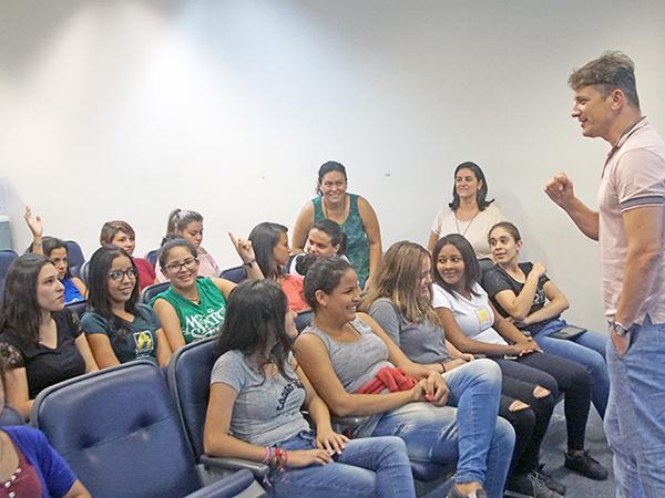 Num bate-papo descontraído, alunos conversaram sobre assuntos como a função dos três poderes