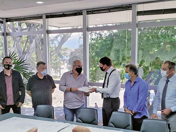 Secretário de Justiça entrega documentos para regularização fundiária da Vila São Benedito avançar