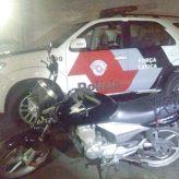 Dois rapazes são presos e motocicleta roubada é recuperada