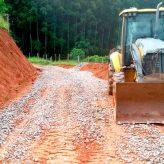 Prefeitura dá atenção às estradas rurais durante período de chuvas