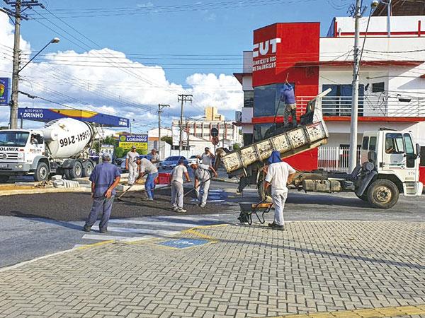 Prefeitura executa recomposição do piso asfáltico em novo trevo