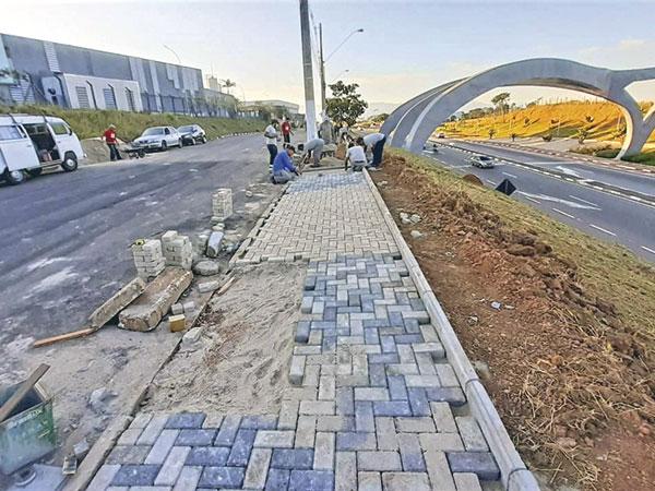 Prefeitura executa construção de calçadas próximo ao Deck