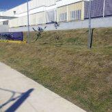 Bairro das Campinas recebe roçada na praça, na área verde e no Ceap